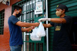 Cómo prevenir el coronavirus al recibir paquetes o alimentos por delivery