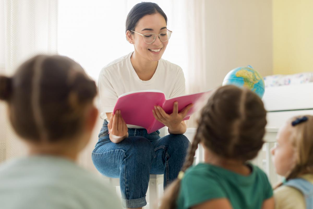 Maestro y alumnos - aprendizaje presencial.