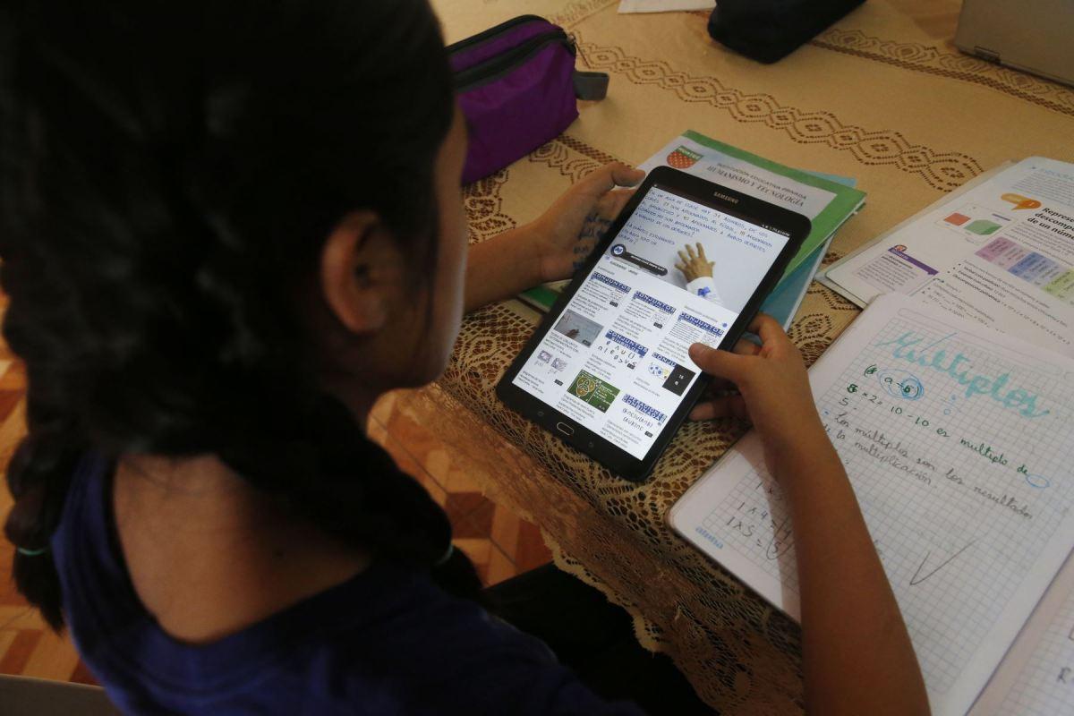 Niños y niñas con laptops