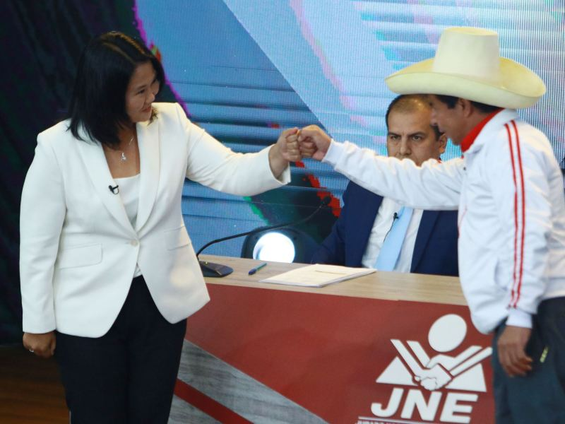 Pedro Castillo y Keiko Fujimori al finalizar el debate presidencial