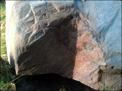 aamupäivän valoa kiven kupeessa