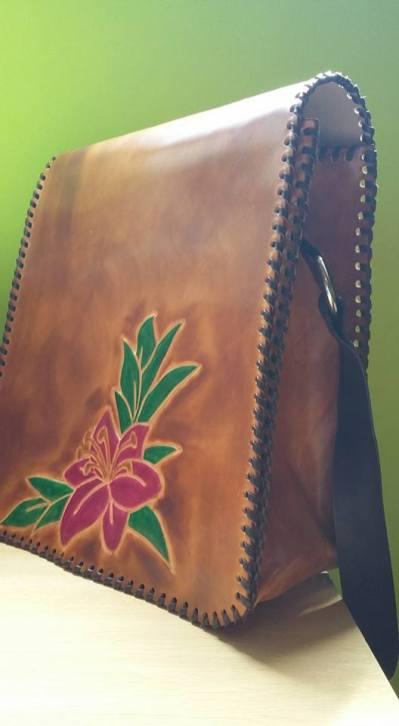 Bolso de cuero con dibujo repujado y tira regulable