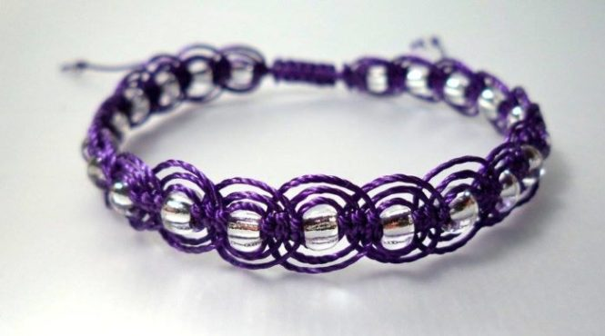 """Pulsera """"Ondas"""" Técnica Macramé, Hilo violeta y cristal. Cierre ajustable"""