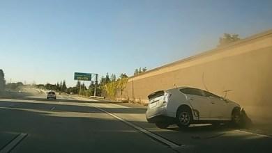 Photo of سائق غاضب يتسبب بحادث خطير لسيارتين ويلوذ بالفرار