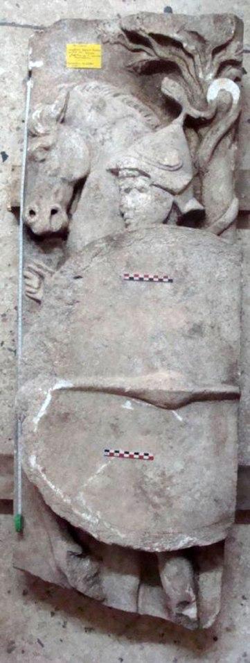 Μαρμάρινο ανάγλυφο που βρέθηκε κοντά στον τύμβο Καστά (Πηγή: Antonio Corso, Journal of Intercultural and Interdisciplinary Archaeology, 2016)