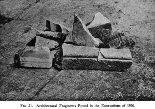 Αρχιτεκτονικά μέλη στο Στρυμόνα, με μικρό τμήμα ενός ακόμα δωρικου κίονα δεξιά (Broneer 1941)