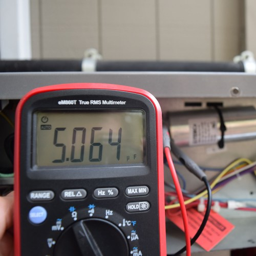 measuring HVAC capacitor with multimeter ennoLogic eM860T