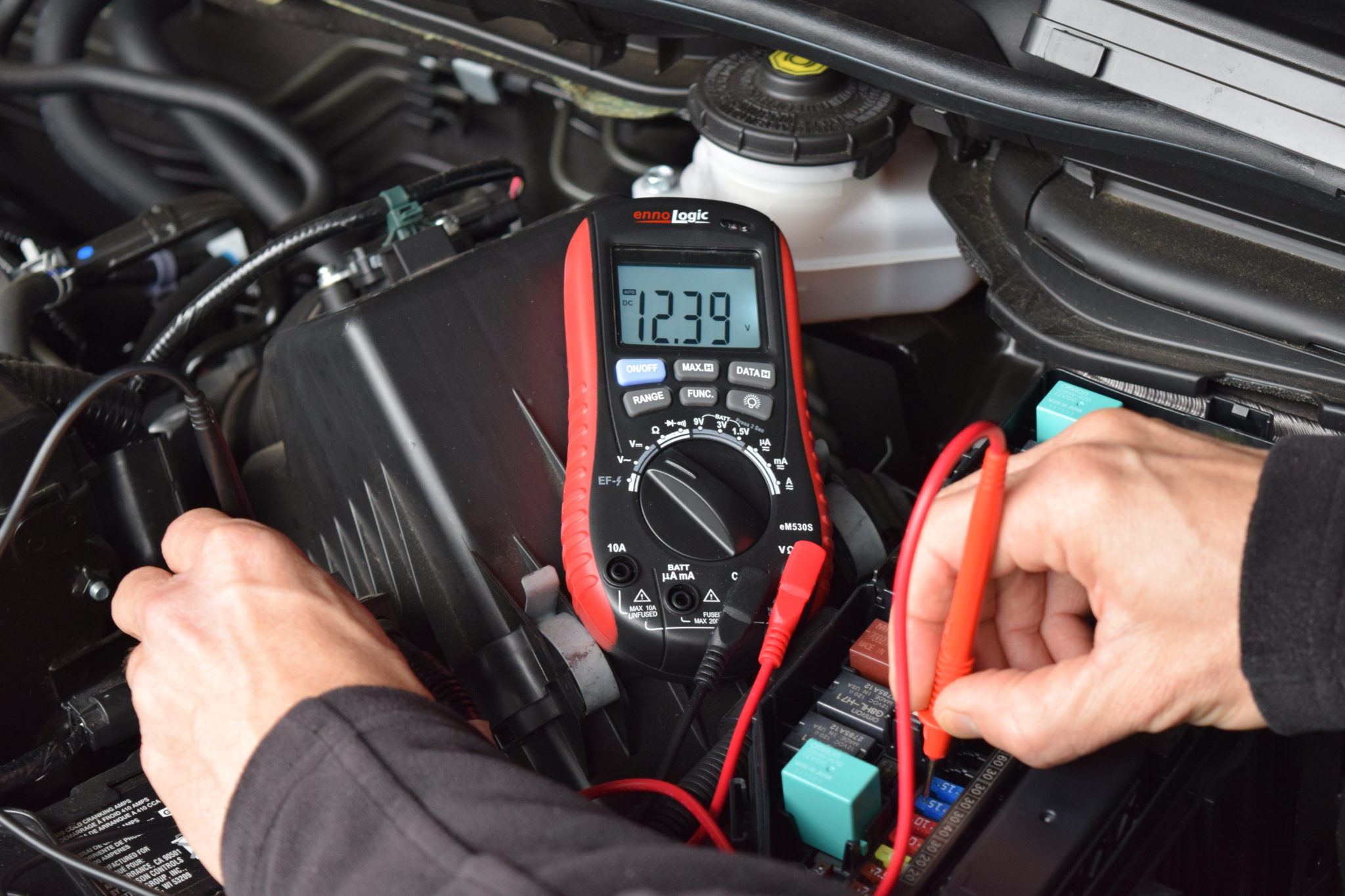 Testing car fuses with multimeter ennoLogic eM530S