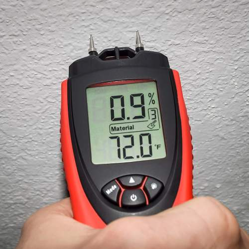 measuring wall moisture with ennologic moisture meter eh710t