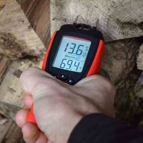 measuring wood moisture with ennologic moisture meter eh710t