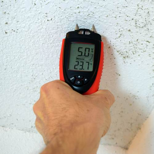 Using the ennoLogic moisture meter eH710T to measure moisture on bathroom ceiling drywall with mold