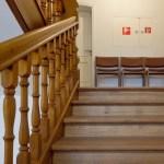 この階段、手すりのせいで余計疲れそう・・・