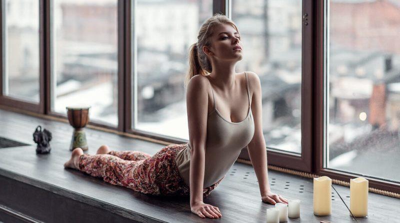 Швеция - почему на окнах нет штор и люди не стесняются прохожих? В Швеции не принято закрывать окна, прохожие могут заглядывать и наблюдать, чем занимаются Шведы у себя дома.