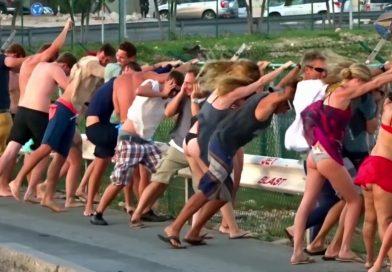 """""""Как очистить при помощи самолёта пляж от людей"""" (Видео). Пляж Махо, отдыхающих сдувает реактивными двигателями самолета. Людей сдувает двигателями пассажирского самолета на пляже Махо. Вот почему не стоит подходить так близко сзади, когда взлетает пассажирский самолет."""