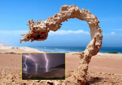 """Молния ударила в песок, что можно найти в этом месте. """"Застывшая молния - Фульгуриты"""". Как точно рассчитать расстояние до места, где ударила молния/ При ударе молнии в песок, может образоваться фульгурит, возможно именно его в древности и считали """"Громовыми стрелами"""" богов. Расстояние до места, где ударила молния, рассказываем как рассчитать"""
