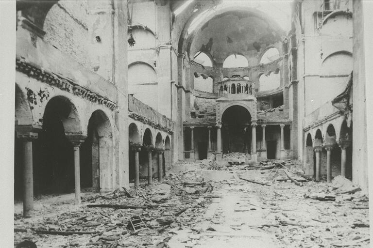 Interior_view_of_the_destroyed_Fasanenstrasse_Synagogue_Berlin