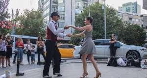 böbrek hastası kedinin tedavisi için sokakta yapılan dans etkinliği çevredekilerin dikkatini çekti