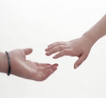 ayuda-solidaridad-altruismo-egoismo-manos-manos-tendidas