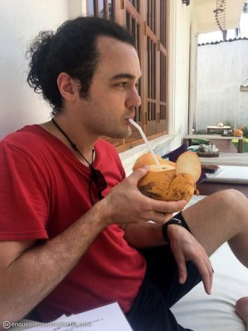 bebiendo de un coco