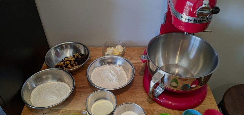 Amasadora e ingredientes preparados para hacer pan