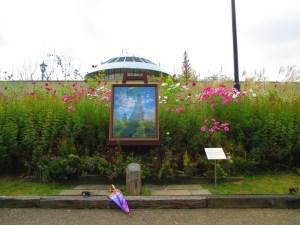 印象派絵画と秋桜 絵画の青とコスモスのピンクが映える