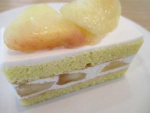アカシアフェームの隣に新しくできたケーキ店の、久美浜で収穫した桃を使ったケーキ