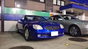 青色と光沢が美しいSLK230のレンタカー