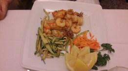 Frittura mista di calamari, gamberoni e zucchine(mezza porzione)