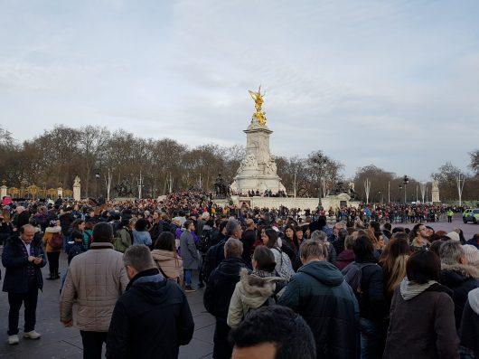 I turisti in attesa del cambio della guardia di fronte a Buckingham Palace