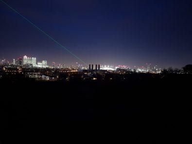 La city vista dal parco, con il laser che indica il meridiano in bella vista