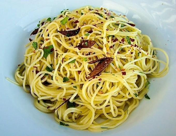 pasta aglio e olio, pasta con ajo y aceite de oliva