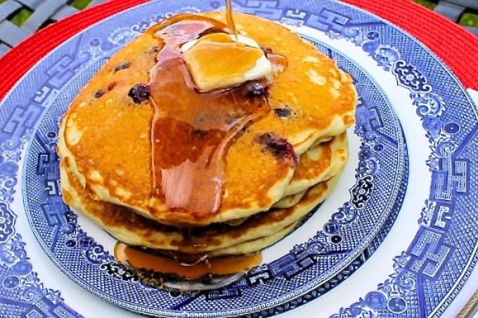 panquecas con arándanos, panquecas, blueberry pancakes with maple syrup
