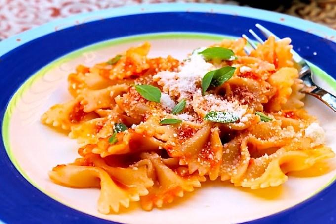 farlalle, pasta, lacitos con salsa de tomate, salsa de tomate, pasta con salsa de tomate y albahaca