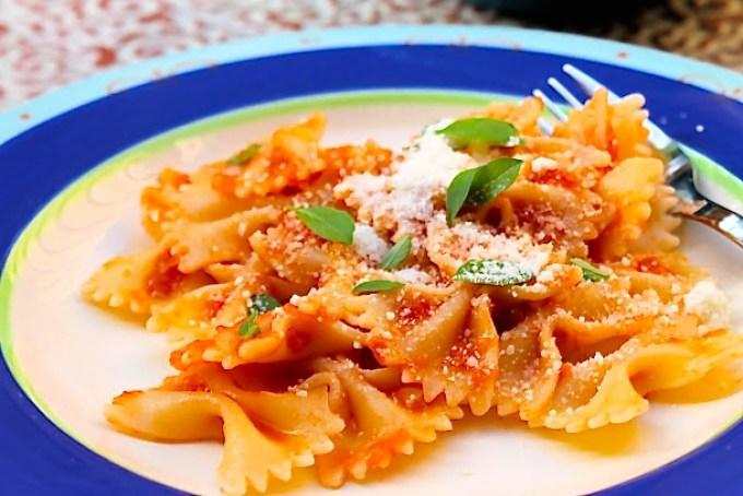 plato de pasta, pasta con salsa de tomate y albahaca, lacitos con salsa de tomate y albahaca, farfalle con salsa de tomate y albahaca