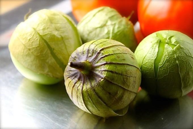 tomatillos para hacer salsa de tomatillo y tomate
