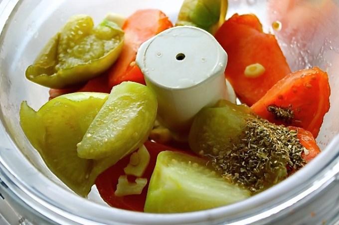 preparación de salsa de tomatillo y tomate