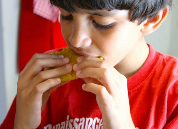 herencia hispana, niño comiendo arepas, niño venezolano