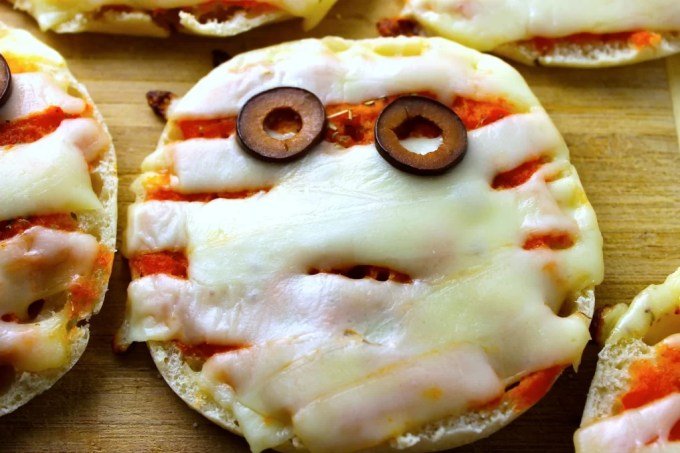 mini pizzas, pizzas de momia, mini pizzas para Halloween