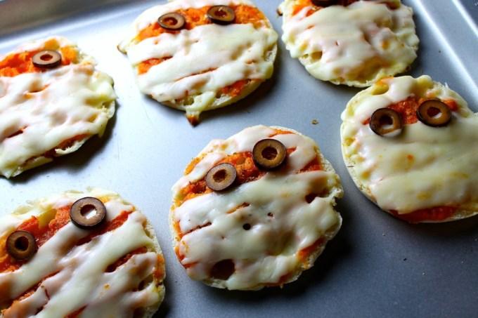 mini pizzas para Halloween, mini pizzas de momia