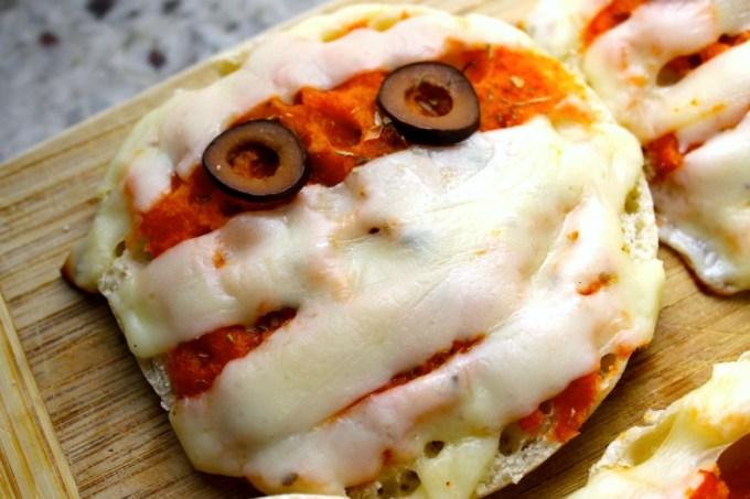 mini pizzas de momia, mini pizzas para Halloween