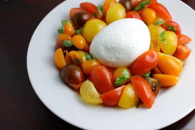 ensalada capresa multicolor, ensalada capresa, tomates multicolores, mozarela, mozzarella