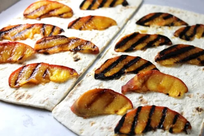 Melocotones al grill sobre flatbread - SAVOIR FAIRE by enrilemoine