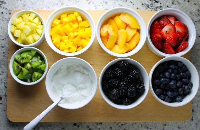 frutas, frutas eb tazones, piña, mango, duraznos, fresas, kiwi, arándanps y moras, frutas picadas