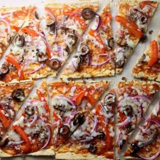 Pizza de emergencia: Flatbread con anchoa, pimentón, cebollas y aceitunas negras