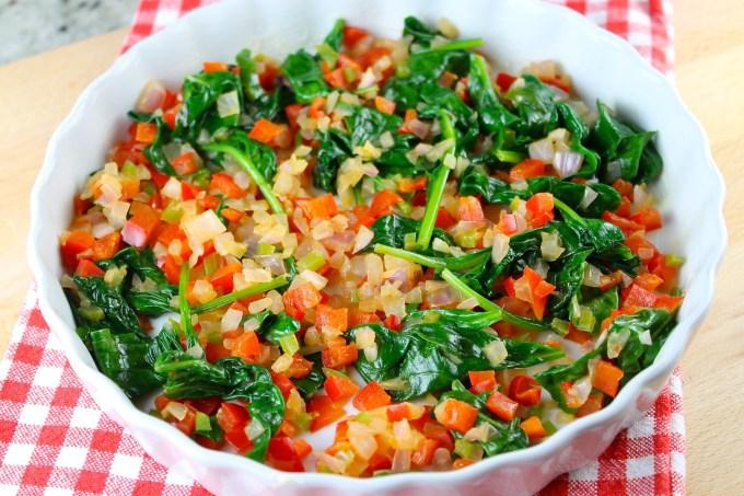 prepar ación de quiche sin costra, molde para quiche, vegetales