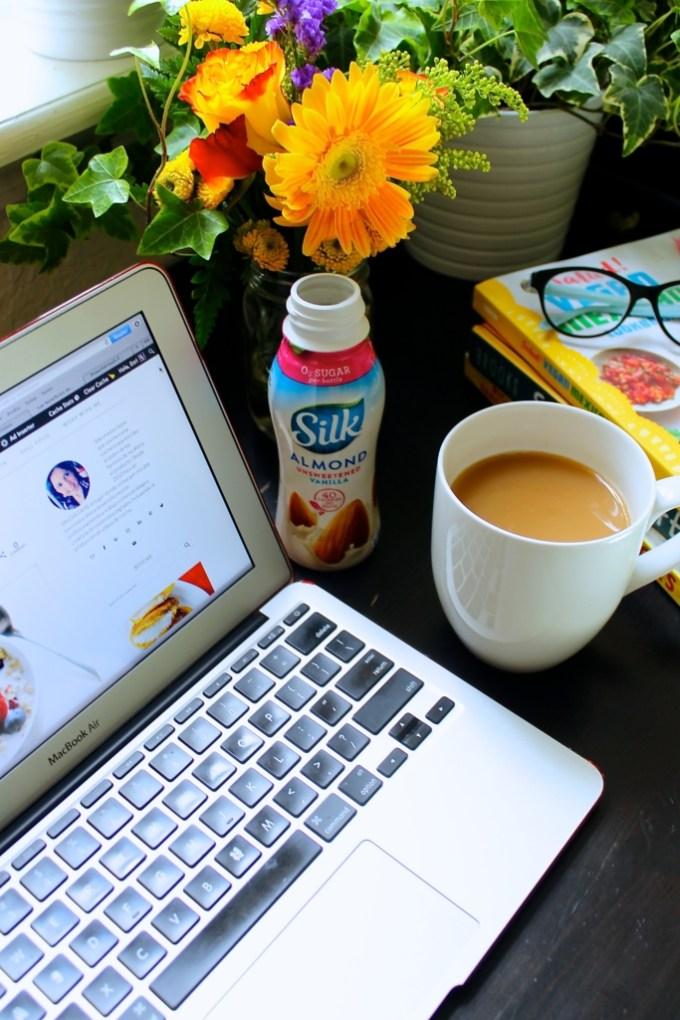 Chai con leche de almendras, leche de almendras silk, escritorio