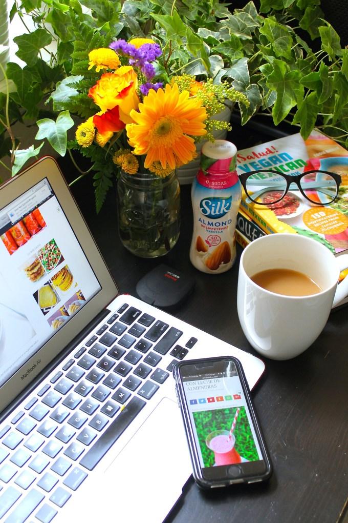 escritorio, chai con leche de almendras