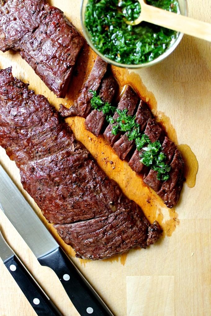 churrasco con chimichurri, carne a la parrilla con salsa chimichurri