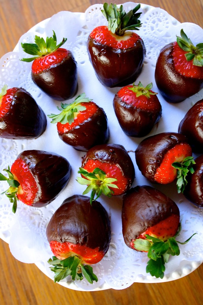 Chocolate covered strawberries #byenrilemoine #enrilemoine #chocolatecoveredstrawberries #chocolaaatecoveredstrawberriesrecipe #chocolarecovredstrawberrieswithrum #ValentinesChocolateCovredStrawberries