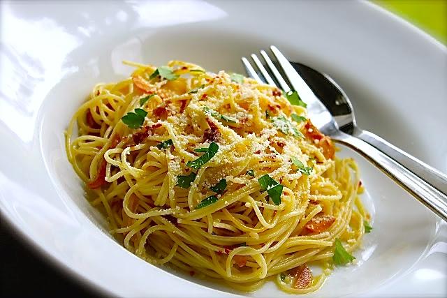 Pasta aglio e olio with anchovies #byenrilemoine